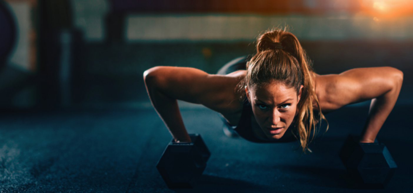 Frau beim Workout als Sinnbild für Sport und Fitness